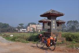 Jede Dorfzufahrt ist mit dem Ortsnamen dekoriert