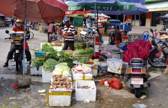 Gemüsehändler Inmitten einer Straßengabelung