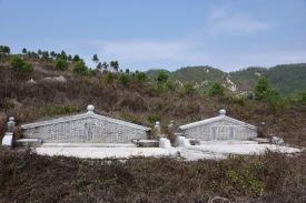Zwei gepflegte Gräber weitab jeder Siedlung